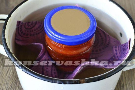 В стерилизованные банки раскладываем готовый кетчуп