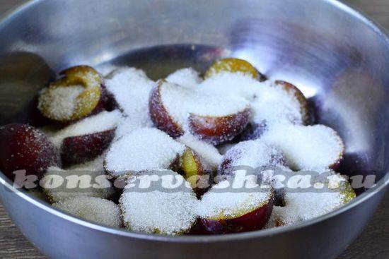 Пересыпаем фрукты сахаром