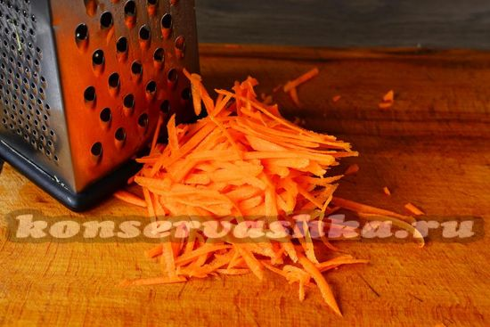 морковь натираем