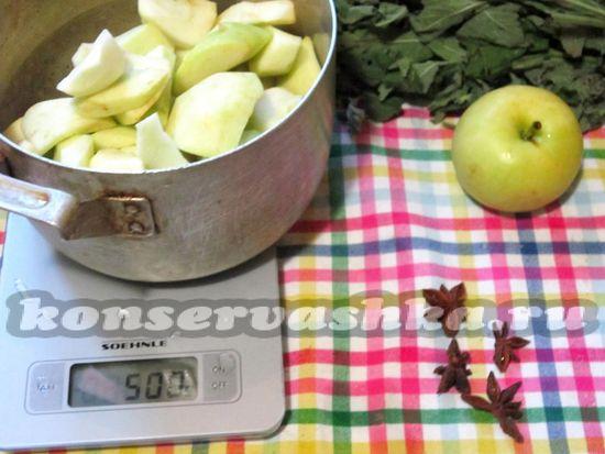 Яблоки очистить от кожи и семенной коробки