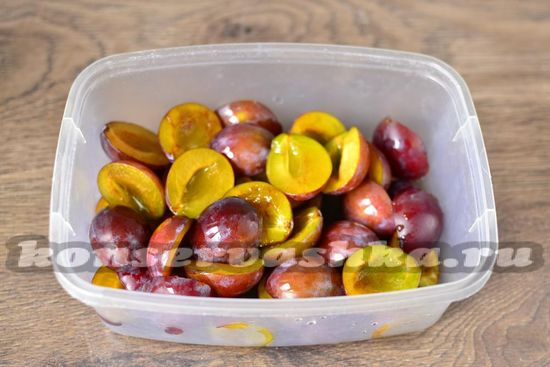 распределяем половинки фруктов по лоткам