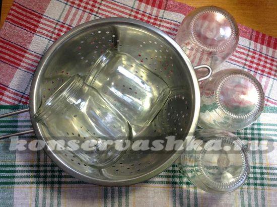 Простерилизуйте 5 пол литровых банок