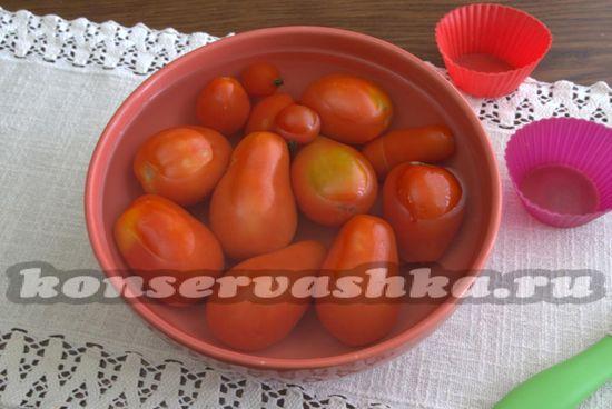 заливаем томаты кипящей водой