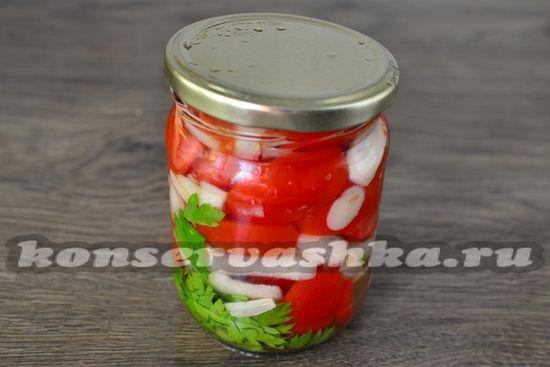в банки добавляем томаты, чеснок и лук, специи