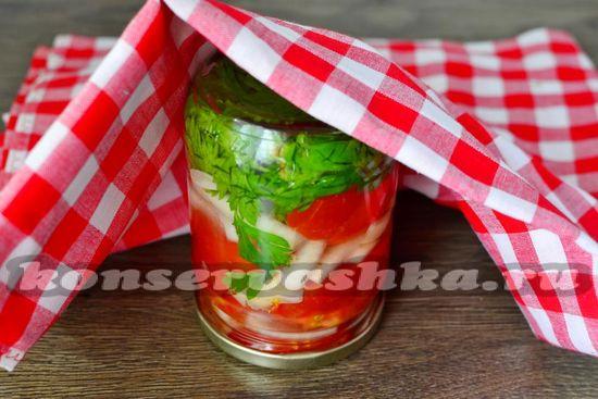 кипящим маринадом заливаем  помидоры