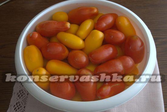 заливаем крутым кипятком томаты