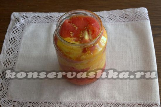 Выкладываем кусочки помидоров