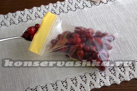 Сухие плоды выкладываем в полиэтиленовый пакет.