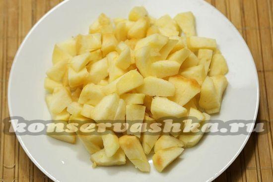 Режем яблоки мелкими кубиками