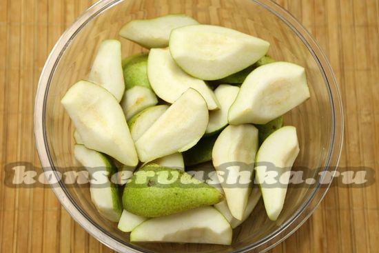 Вырезаем семена и плодоножки с груш