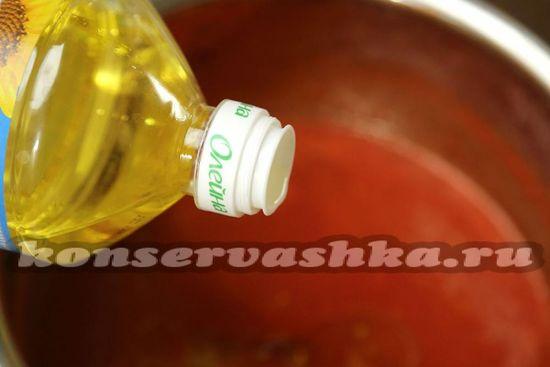 Вливаем в кипящий сок растительное масло.
