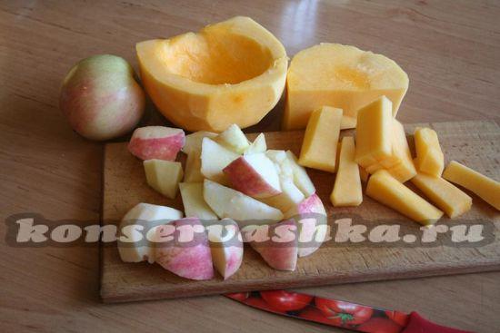 нарезаем вымытые яблоки и мякоть тыквы