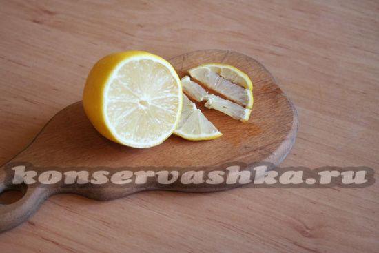 Отрезаем несколько кусочков лимона