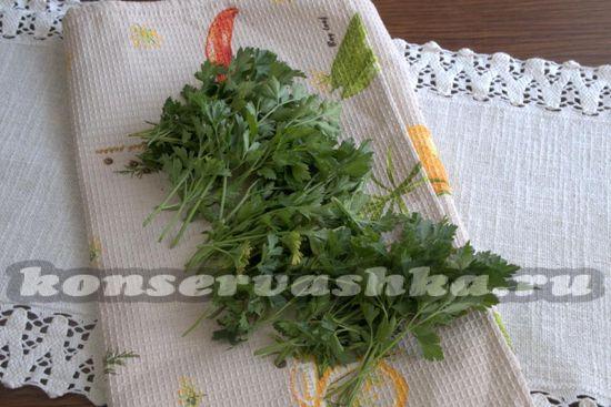 Промываем зелень, выкладываем ее на кухонную салфетку