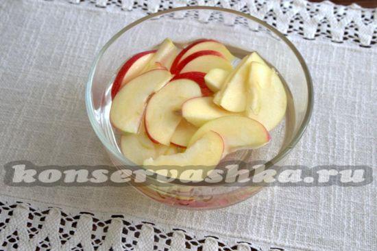 Выкладываем пластинки яблок в соляной раствор