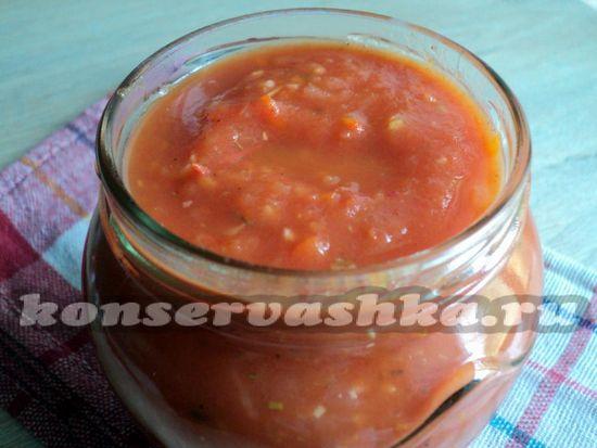 Раскладываем томаты по стерильным банкам