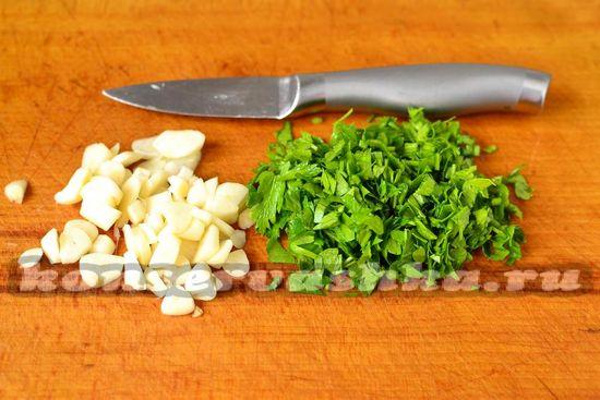 чеснок и зелень нарезаем