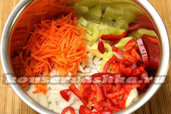 В кастрюлю складываем все овощи