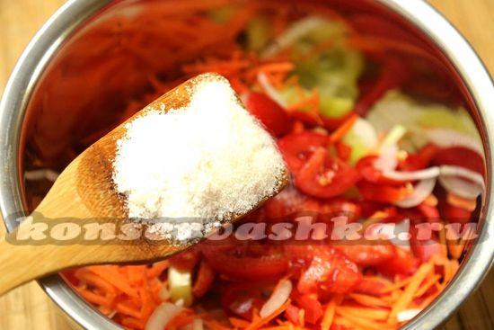 Добавляем помидоры, соль и сахар
