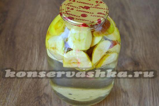 Наполняем банки фруктами и водой