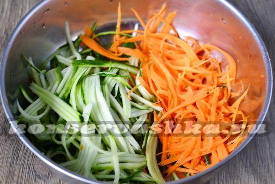 морковь и огурец натереть