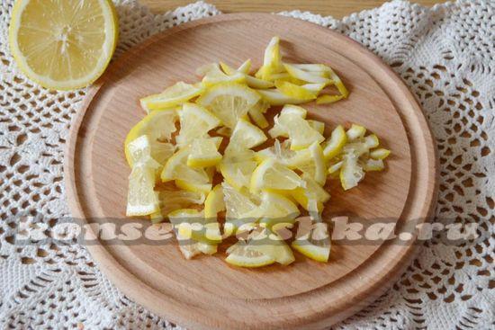 Нарежем лимон на небольшие кусочки