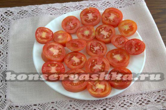 Выкладываем кусочки помидоров на поднос
