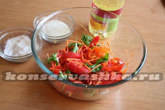 овощи складываем в большую стеклянную емкость