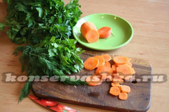 Морковку и зелень нарезать