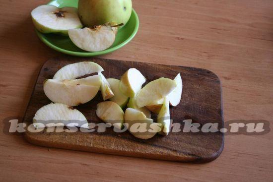 Разрезаем каждое яблоко