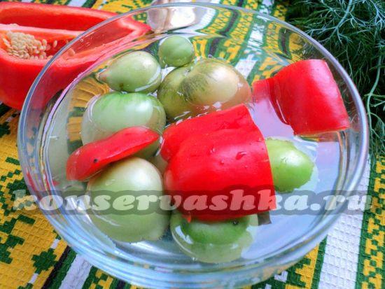 Вымываем в прохладной воде овощи и зелень