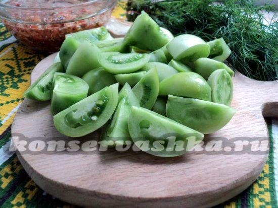 Зеленые плотные томаты разрезаем