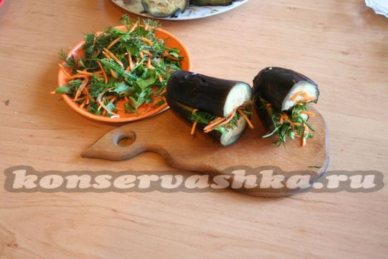 Баклажаны начиняем готовым овощным фаршем.