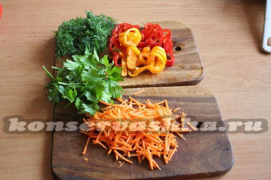 овощи и зелень измельчаем