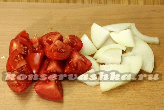 нарезать помидоры и лук