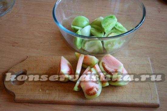 Нарезаем помидоры небольшими дольками