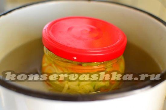 Стерилизуем банки с салатом в течение 15 минут