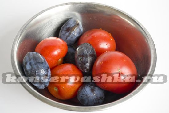 помидоры и красные сливы протушить