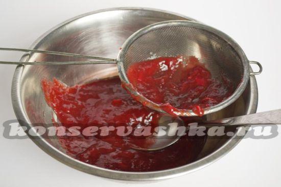Протираем овощное пюре через дуршлаг