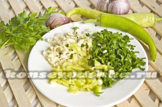 Горький зелёный перец режем мелко