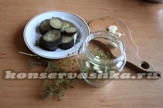 уложить пряности и баклажаны