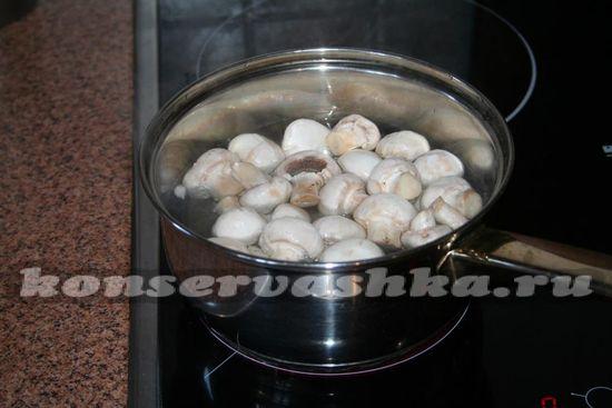 помещаем грибы в кипяток
