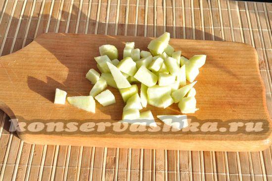 нарезала яблоки
