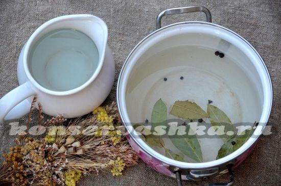 Воду смешивают с солью и сахаром, добавляют душистый горошек и лавровые листья