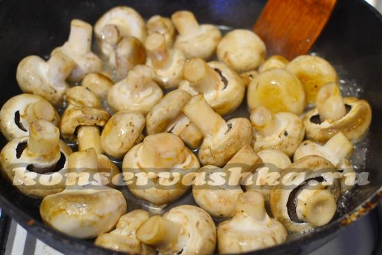 жарим несколько минут грибы