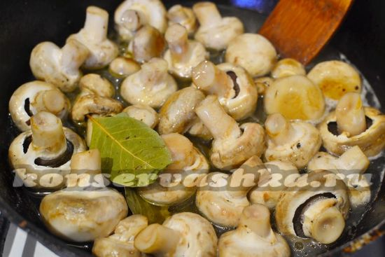 Вливаем маринад на сковороду к грибам