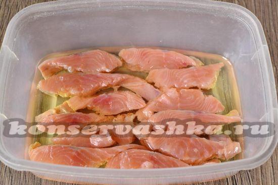 заливаем рыбу любым растительным маслом.