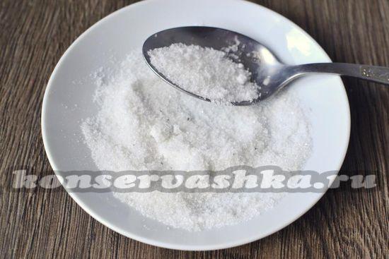 Смешиваем соль и сахарный песок