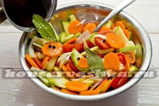 Залить овощи рассолом