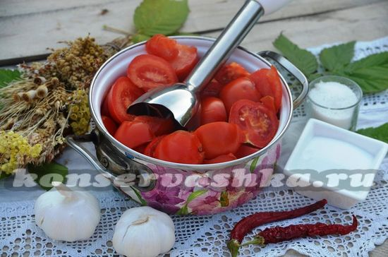 нарезаем и измельчаем помидоры